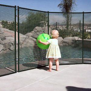 Barrière de piscine protection enfant au bord de piscine