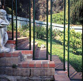 barriere piscine installe sur escalier 280x274 - Galerie photo d'alarme piscine et douche solaire