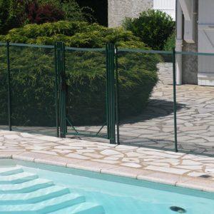 protection piscine avec belle barrière démontable installée autour