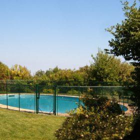 Barrière piscine démontable installée sur gazon