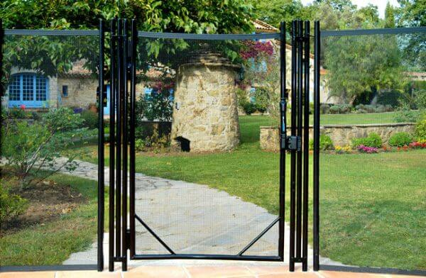 Portillon de clôture piscine installée dans le jardin