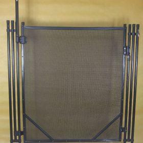 Portillon de barrière piscine installée dans notre atelier, couleur noire